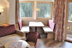 Sitzecke im Erker und gemütliche Couch mit Sessel im Apartment Almrose