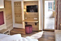 Blick auf den Schreibtisch im Doppelzimmer des Apartment Almrose