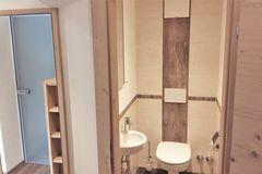 WC und Handwaschbecken im Apartment Enzian
