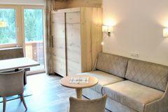 Blick auf Couch und Couchtisch im Wohnbereich des Apartment Edelweiss