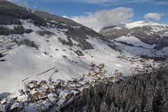 Aufnahme vom Berg hinunter auf das verschneite Dorf Gerlos