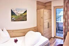 Blick auf das Single-Bett im Einzelzimmer des Apartment Almrose