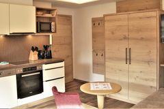 Kücheninsel sowie Teilausschnitt der Couch im Apartment Almrose