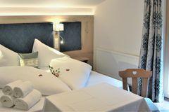 Frisch gemachtes Bett im Doppelzimmer des Apartment Enzian