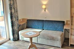 Couch im Wohnbereich des Apartment Enzian