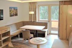 Großzügige Essecke im Apartment Edelweiss mit Blick auf den Balkon