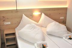 Blick auf das frisch gemachte Bett des Doppelzimmer Standard