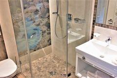 Blick auf die Toilette, die barrierefreie Dusche und das Waschbecken im Doppelzimmer des Apartment Edelweiss