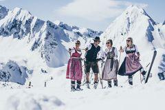 Junge Leute in Dirndl und Lederhose bekleidet auf Skiern unterwegs in der Zillertal Arena zum Lederhosen Wedelfinale als Saisonabschluss