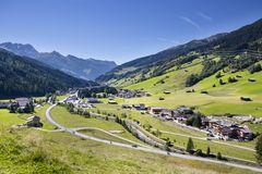 Blick vom Talboden Gerlos auf das Dorf und die umliegende Berglandschaft der Zillertal Arena
